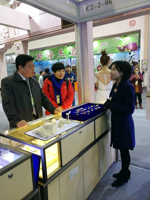 3北海市刘翔副市长莅临南珠宫展位指导.jpg